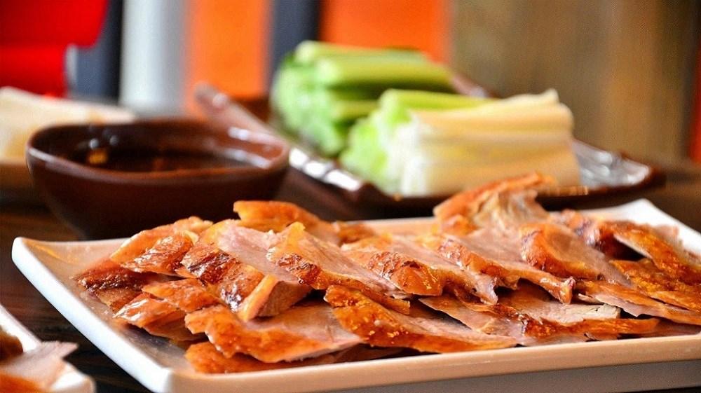一起学做中国菜,脆皮烤鸭腿卷薄饼,美味流口水~