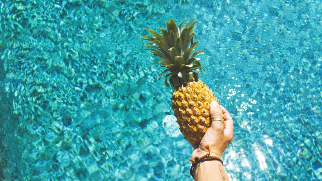 菠萝成为热门话题,法国小姐姐教你正确切菠萝的方法~
